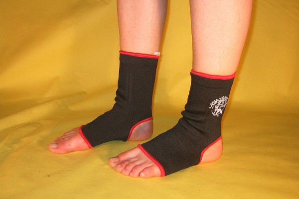 Fußbandagen in rot weiß schwarz blau